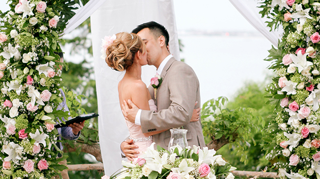 bali-wedding-couple-kiss